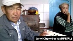 Султан Парванов Бишкектеги студенттик күндөрүнөн сүрөттү кармап отурат. Оңдо өмүрлүк жубайы Шарапат Жайчиева.