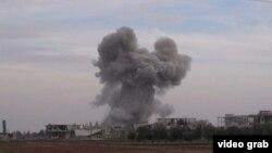 Облако дыма после взрыва в окрестностях сирийского Хомса. Иллюстративное фото.