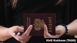 24 квітня президент Росії Володимир Путін підписав указ, за яким жителі окупованих територій Донбасу зможуть у спрощеному порядку отримувати громадянство Росії