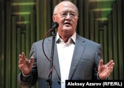 Президент фонда Мухтара Ауэзова Мурат Ауэзов на презентации 50-томника. Алматы, 4 октября 2011 года.