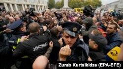 """Тбилиси қалалық кеңесі алдындағы """"Ұлттық қозғалыс"""" оппозициялық партиясының жақтастары мен полицияның қақтығысы. Грузия, 10 қазан 2017 жыл."""
