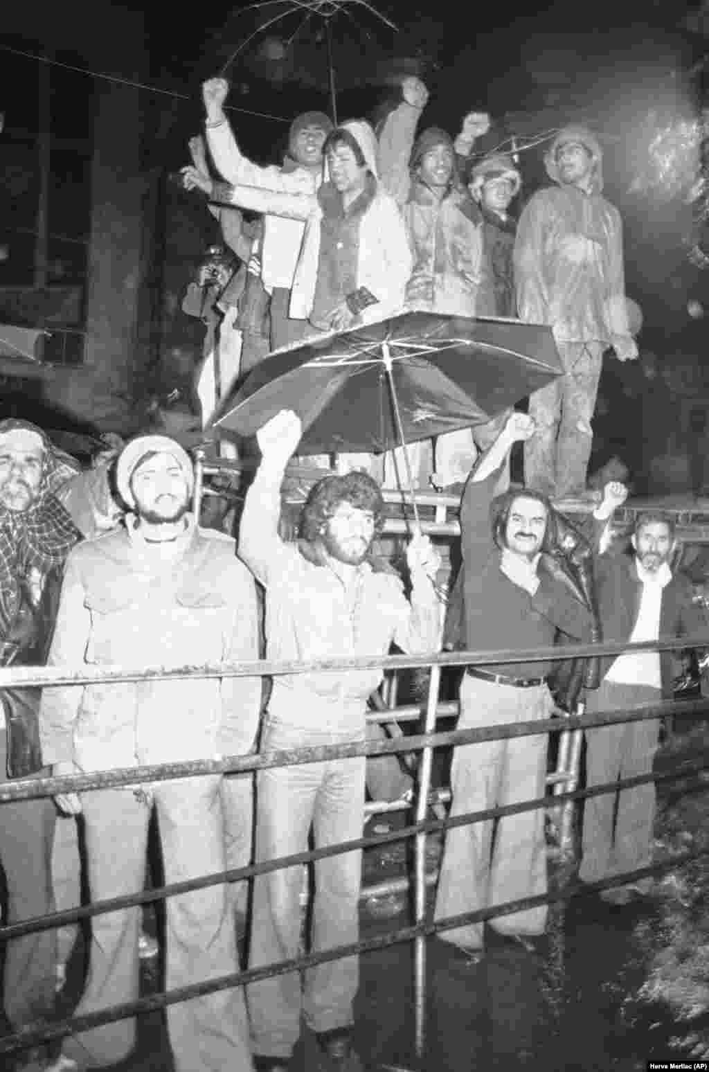 Иранцы стоят под ливнем, демонстрируя солидарность с захватившими заложниками студентами. 15 декабря 1979 года. В эти дни стало известно, что шах уехал в Панаму.