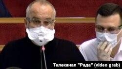 Навіть будучи в засобах захисту, Олександр Колтунович (праворуч) не дотримувався рекомендацій із безпеки (торкався маски руками)