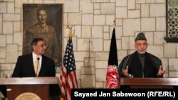 Leon Paneta (majtas) dhe Hamid Karzai gjatë një konference të përbashkët për shtyp në Kabul në dhjetor të vitit të kaluar
