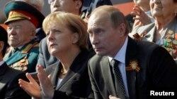 Военный парад в Москве по случаю 65-летия Дня Победы. В этом году Ангела Меркель не будет сидеть рядом с Владимиром Путиным