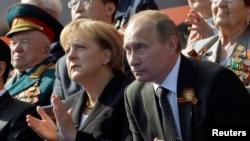 Vladimir Putin i Angela Merkel na obilježavanju 70 godina od završetka Drugog svjetskog rata vojnom paradom u Moskvi