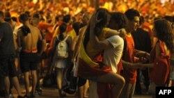 هواداران اسپانیا پس از برد یکدیگر را در آغوش می کشند
