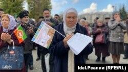 Фаузия Байрамова на митинге, 12 октября 2019 г.