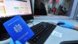 Pașaport moldovenesc la un centru de control al migrației în Rusia