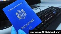 Электронные паспорта имеют на обложке специальный значок в виде микросхемы.