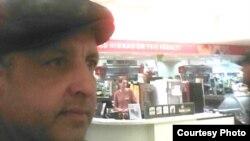 Абдрэшид Кушаев, бежавший из Узбекистана, в магазине в эстонском Тарту. Фото в Facebook'e.