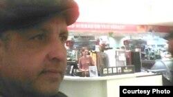 Өзбекстаннан қашқан Әбдірешид Кушаев Эстонияның Тарту қаласындағы дүкенде. Facebook әлеуметтік желісінде жарияланған сурет.
