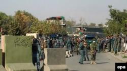 Аўганскія супрацоўнікі службы бясьпекі на месцы выбухаў каля Міністэрства абароны ў Кабуле, 5 верасьня 2016 году