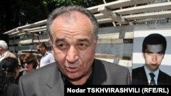Родные и близкие погибшего бизнесмена не исключают, что к взрыву на кладбище может быть причастен бывший глава криминальной полиции одного из районов Тбилиси Ираклий Пирцхалава