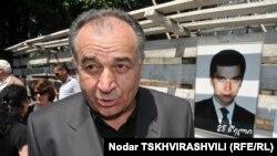 Родные погибшего бизнесмена комментариев не делают. Друзья семьи Вазагашвили тем временем возлагают вину за случившееся на власти – как на предыдущие, так и на действующие