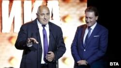 """Бойко Борисов обяви, че правителството не предвижда промяна на данъците. Това стана по време на връчване на наградите на КРИБ и списание """"Икономика"""". Вдясно е Кирил Домусчиев"""