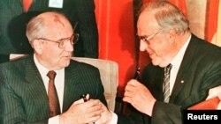 Helmut Kohl (sağda) və Mixail Qorbaçov. 1990-cı il