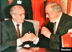 Mixail Gorbachyov (chapda) va Germaniya kansleri Gelmut Kol 1990 - yil noyabr oyida Bonnda shartnoma imzolash marosimida.