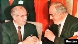 Михаил Горбачёв и Гельмут Коль в 1990 году.