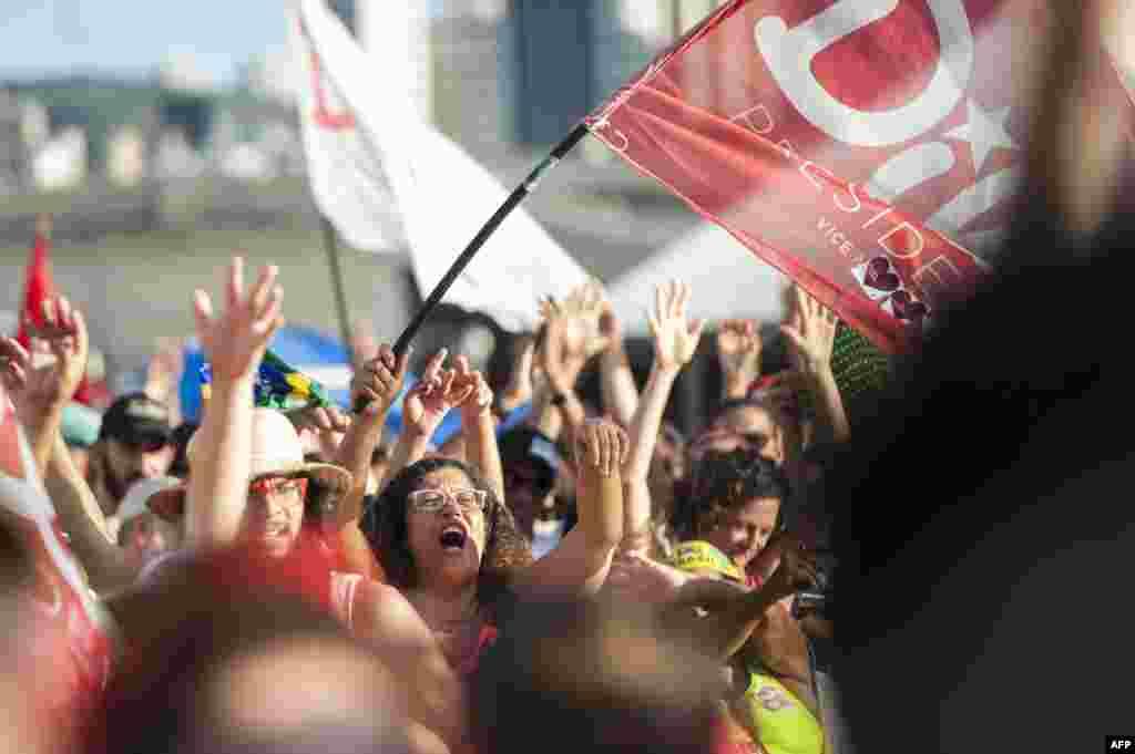 Правительство Русеф и правящая Партия трудящихся в последние годы наращивали госрасходы и вели протекционистскую политику в отношении бразильской экономики. В результате темпы роста экономики страны значительно снизились. На фото – сторонники президента на демонстрации в Белу-Оризонти.