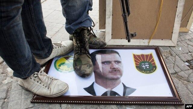 Pobunjenici gaze sliku Bašara Al Asada