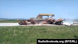 Інженерний танк пробиває барикади