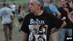 یکی از هواداران گروه بیتلزها در اسرائیل که در کنسرت پل مک کارتنی در سپتامبر سال 2008 حاضر شده بود.