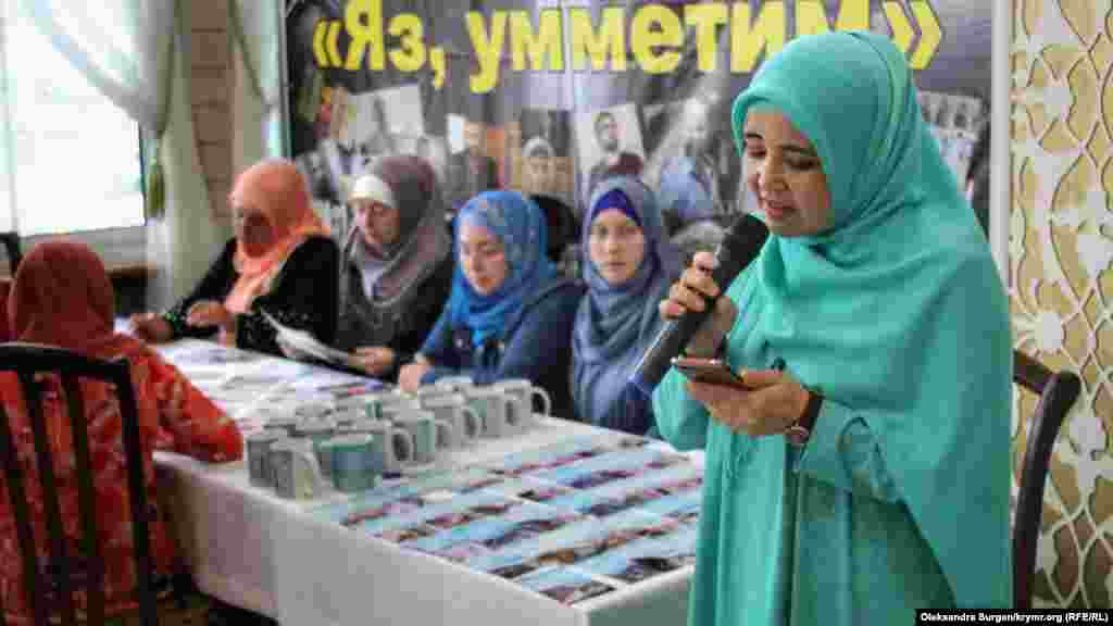 Громадська захисниця і громадянська активістка Лутфіє Зудіева зачитує листа від обвинуваченого в екстремізмі кримськотатарського журналіста Нарімана Мемедемінова