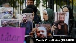 Демонстранты с портретами Хангошвили у посольства Германии в Грузии