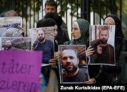 Zelimkhan Khangoshvilire emlékeznek a német nagykövetésg előtt Tbilisziben, 2019. szeptember 10-én. A férfit augusztus végén Berlinben agyonlőtték.