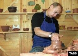 Владимир Путин этнографиялық мұражайда жұмыс істеп жатыр. Карелия, 21 тамыз 2001 жыл.