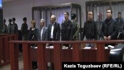 Айыпталушылар мен олардың адвокаттары сотта тұр. Алматы, 17 қазан 2016 жыл.