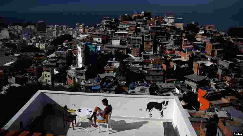 """В фавелах, районах с нелегальным самостроем Рио-де-Жанейро, постоянно проживают около миллиона человек. Всего вБразилии существует более 6 тысяч фавел, в которых живут более 11 миллионов человек (6 процентов населения страны). На фото – вид с террасы хостела """"Тики""""."""