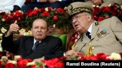 احمد قائد صالح (نفر راست) نقش مهمی در برکناری عبدالعزیز بوتفلیقه، رئیسجمهوری سابق، ایفاء کرد.