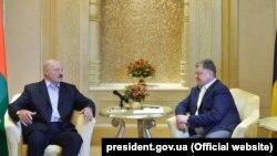 Президент Украины Петр Порошенко (справа) и президент Беларуси Александр Лукашенко. Абу-Даби, 2 ноября 2017 года.