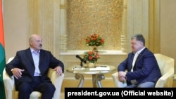 Belarusian President Alyaksandr Lukashenka (left) meets with Ukrainian President Petro Poroshenko in Abu Dhabi on November 2.