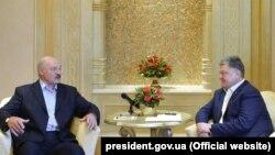 Беларустун президенти Александр Лукашенко менен Украинанын лидери Петро Порошенко Бириккен Араб Эмирликтеринин баш калаасында жолугушту.