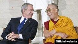 چین به اعطای عالی ترین نشان آمریکا به دلایی لاما توسط جرج بوش، اعتراض کرد
