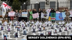 A rally to commemorate the fourth anniversary of the battle of Ilovaysk in front of the Russian Embassy in Kyiv on August 29, 2018.