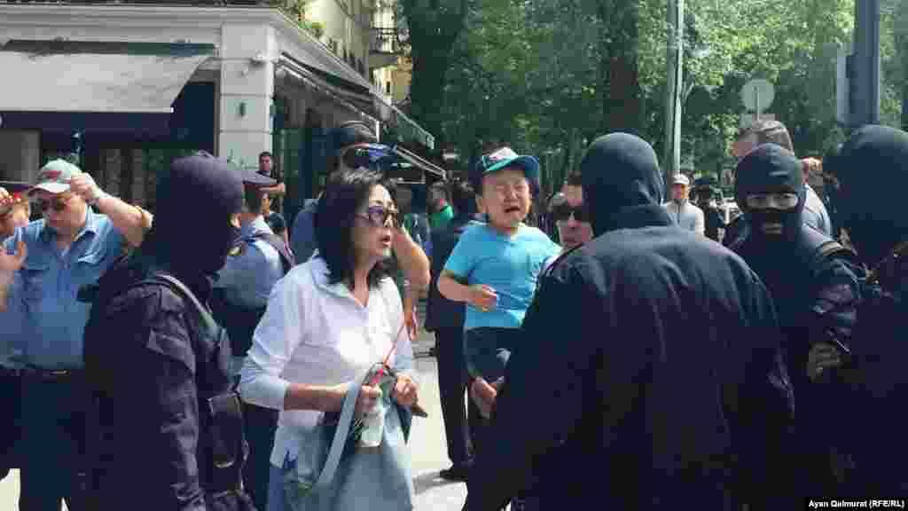 Акция протеста с требованием свободы для политзаключенных. Алматы, 10 мая 2018 года. Фото корреспондента Азаттыка Аяна Калмурата.
