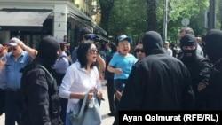 Сотрудники спецподразделения полиции на месте акции на аллее у театра оперы и балета. Алматы, 10 мая 2018 года.