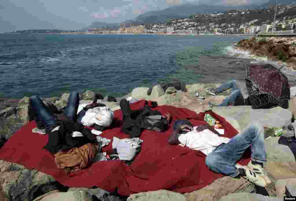 Sudandan İtaliyaya gələn qanunsuz miqratlar dəniz sahilində yatırlar