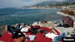 Нелегальные мигранты на границе между Италией и Францией, недалеко от французского города Ментон, 16 июня 2015 года