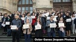 Magistrați protestând pentru independența justiției și aplicarea recomandărilor GRECO și ale Comisiei de la Veneția