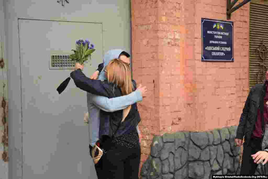 Андрій Хаєцький із сестроюМарією Хаєцькою біля Одеського слідчого ізолятора