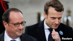 امانوئل مکرون رئیسجمهور منتخب فرانسه، در کنار فرانسوا اولاند در مراسم بزرگداشت پیروزی متفقین در جنگ جهانی دوم