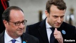 Новоизбранный и действующий президенты Франции Эммануэль Макрон (п) и Франсуа Олланд, Париж, Франция, 8 мая 2017 года