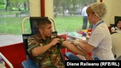 Un soldat donează sînge