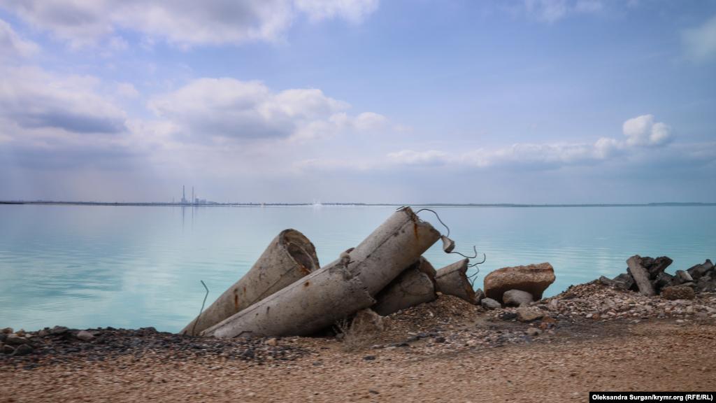 Берег озера «усеян» строительными материалами и кусками бетонных плит