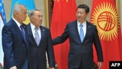 Қытай басшысы Си Цзиньпин (оң жақта), Қазақстан президенті Нұрсұлтан Назарбаев (ортада) және Өзбекстан президенті Ислам Кәрімов ШЫҰ саммитінде жүр. Бішкек, 2013 жылдың қыркүйегі.